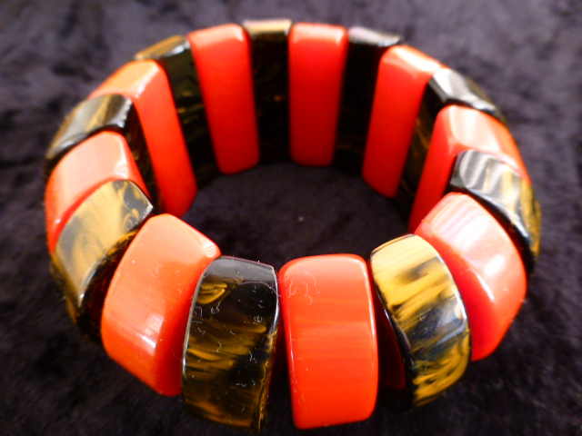 Elasticated Bakelite bracelet in red and marbled caramel
