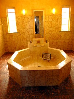 Everglades Bathroom, a huge peach coloured bath